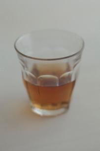 お茶が入ったグラスの写真素材 [FYI01635023]
