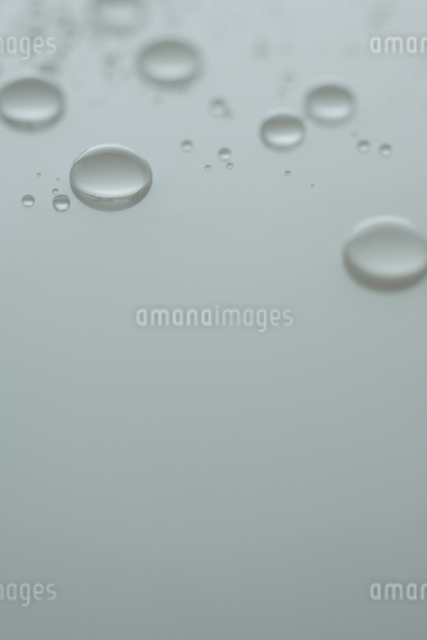 白天板上の水滴の写真素材 [FYI01635026]