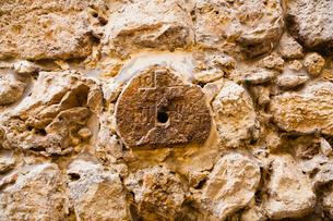 ヴィア・ドロローサの壁に刻まれた十字架の写真素材 [FYI01635041]