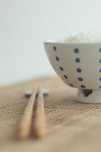 ご飯とお箸の写真素材 [FYI01635058]