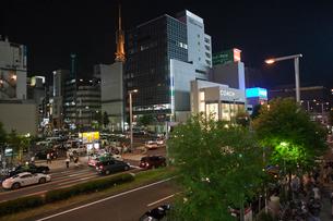夜の「錦通大津」交差点の写真素材 [FYI01635068]