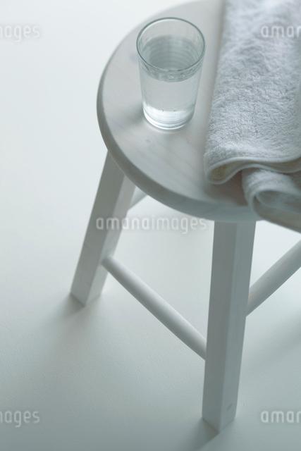 スツールの上に置いたタオルとグラスの写真素材 [FYI01635141]