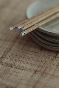 お皿に乗せたお箸の写真素材 [FYI01635164]