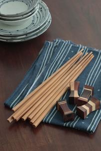 お皿とお箸と箸置きの写真素材 [FYI01635316]