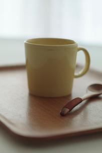 トレイに乗ったマグカップの写真素材 [FYI01635371]