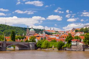 街並とヴルタヴァ川の写真素材 [FYI01635376]