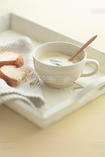カップスープとパンの写真素材 [FYI01635379]