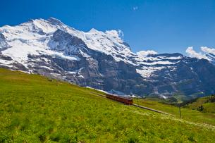 ユングフラウと登山鉄道の写真素材 [FYI01635388]