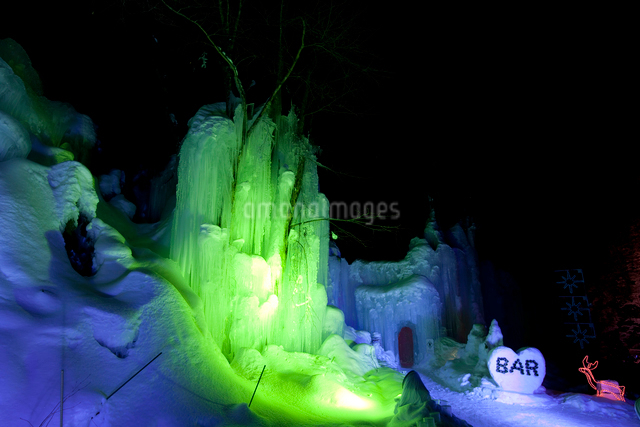 福地温泉 青だるのライトアップの写真素材 [FYI01635435]