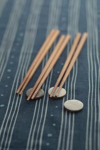 お箸と箸置きの写真素材 [FYI01635686]
