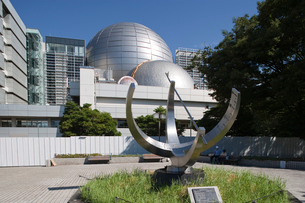 名古屋市科学館のプラネタリウムと大型環式日時計の写真素材 [FYI01635713]