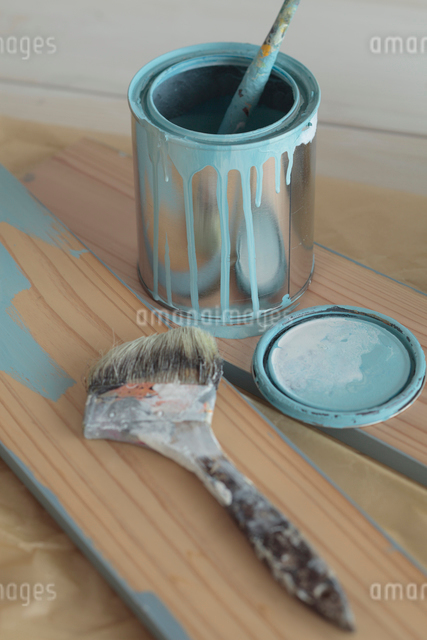 ペンキ缶とハケの写真素材 [FYI01635748]