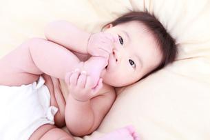 足の親指を舐める赤ちゃんの写真素材 [FYI01635824]