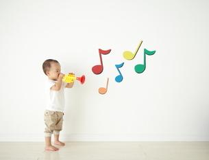 遊んでいる子供の写真素材 [FYI01635917]