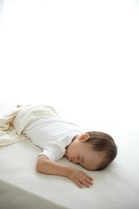 寝ている子供の写真素材 [FYI01635919]