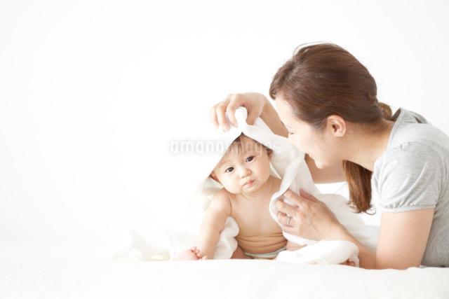 赤ちゃんをタオルで拭く母親の写真素材 [FYI01635955]