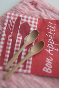紙ナプキンと木製カトラリーの写真素材 [FYI01636009]