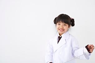 白衣の少女の写真素材 [FYI01636019]