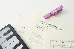 クリップを挟んだ楽譜とタブレットPCのキーボードの写真素材 [FYI01636082]