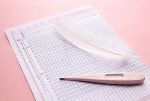 体温計と表の写真素材 [FYI01636131]