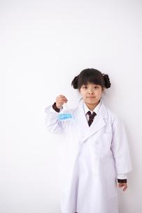 実験をする少女の写真素材 [FYI01636164]