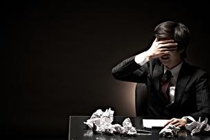 悩むビジネスマンの写真素材 [FYI01636175]