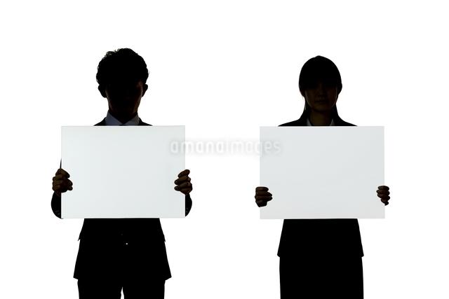 ボードを持つビジネスマンとビジネスウーマンの写真素材 [FYI01636193]