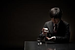 悩むビジネスマンの写真素材 [FYI01636204]