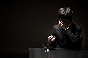 悩むビジネスマンの写真素材 [FYI01636243]