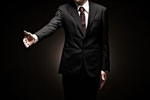 スーツを着たビジネスマンの写真素材 [FYI01636245]