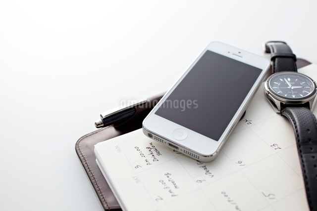 スマートフォンとビジネス小物の写真素材 [FYI01636316]