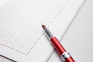 白い原稿用紙とペンの写真素材 [FYI01636323]