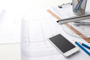 スマートフォンとビジネス小物の写真素材 [FYI01636347]