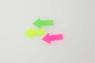 矢印の形をしたカラフルな付箋の写真素材 [FYI01636356]