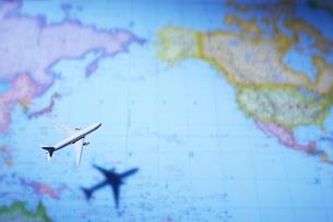 世界地図と飛行機の写真素材 [FYI01636368]