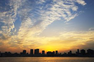 晴海埠頭から見る東京のビル群の写真素材 [FYI01636445]