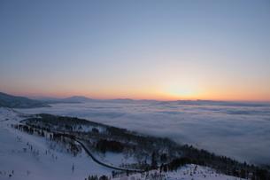美幌峠から見た日の出と雲海の写真素材 [FYI01636530]