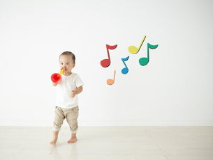 遊んでいる子供の写真素材 [FYI01637073]
