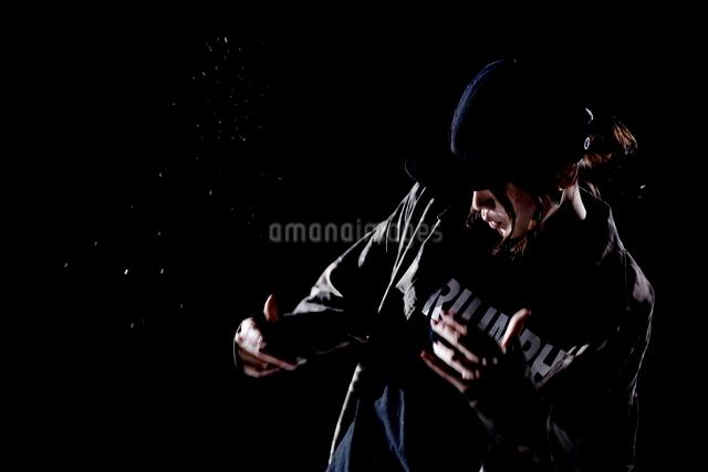 ダンスをする女性のシルエットの写真素材 [FYI01637085]