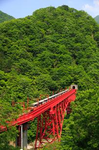 黒部渓谷鉄道と新山彦橋の写真素材 [FYI01637130]
