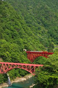 黒部渓谷鉄道と新山彦橋の写真素材 [FYI01637176]