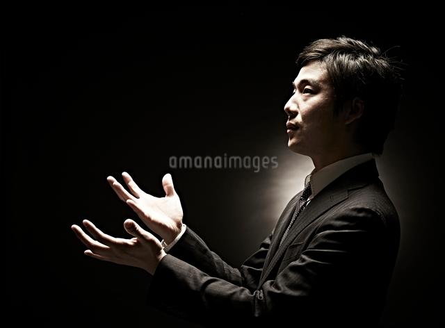 両手を広げるビジネスマンの写真素材 [FYI01637184]