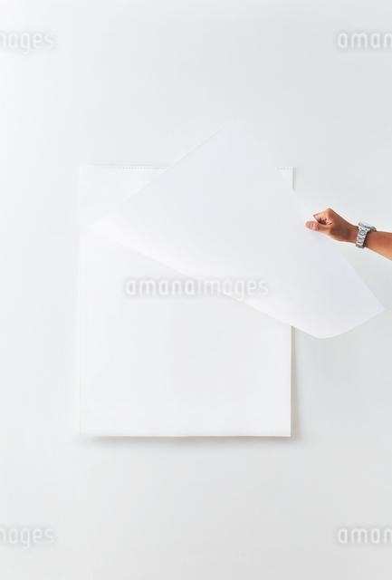 カレンダーをめくる男性の写真素材 [FYI01637204]