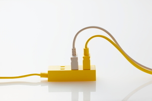 二色のコンセントと黄色のコンセントタップの写真素材 [FYI01637218]