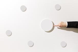 ボードを指差すビジネスウーマンの写真素材 [FYI01637259]