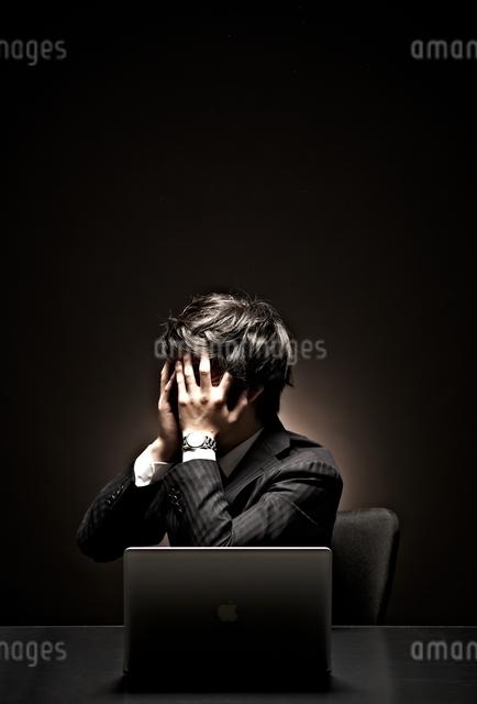 悩むビジネスマンの写真素材 [FYI01637300]