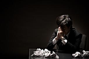 悩むビジネスマンの写真素材 [FYI01637322]