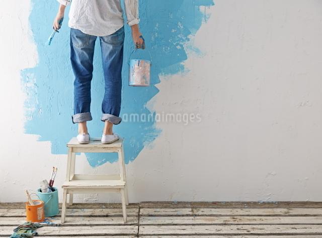 DIYをする女性の写真素材 [FYI01637326]