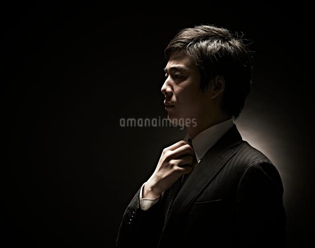 ネクタイをしめるビジネスマンの写真素材 [FYI01637350]