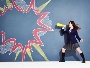 黒板に書かれた吹き出しの横で応援する女子高生のイラスト素材 [FYI01637377]